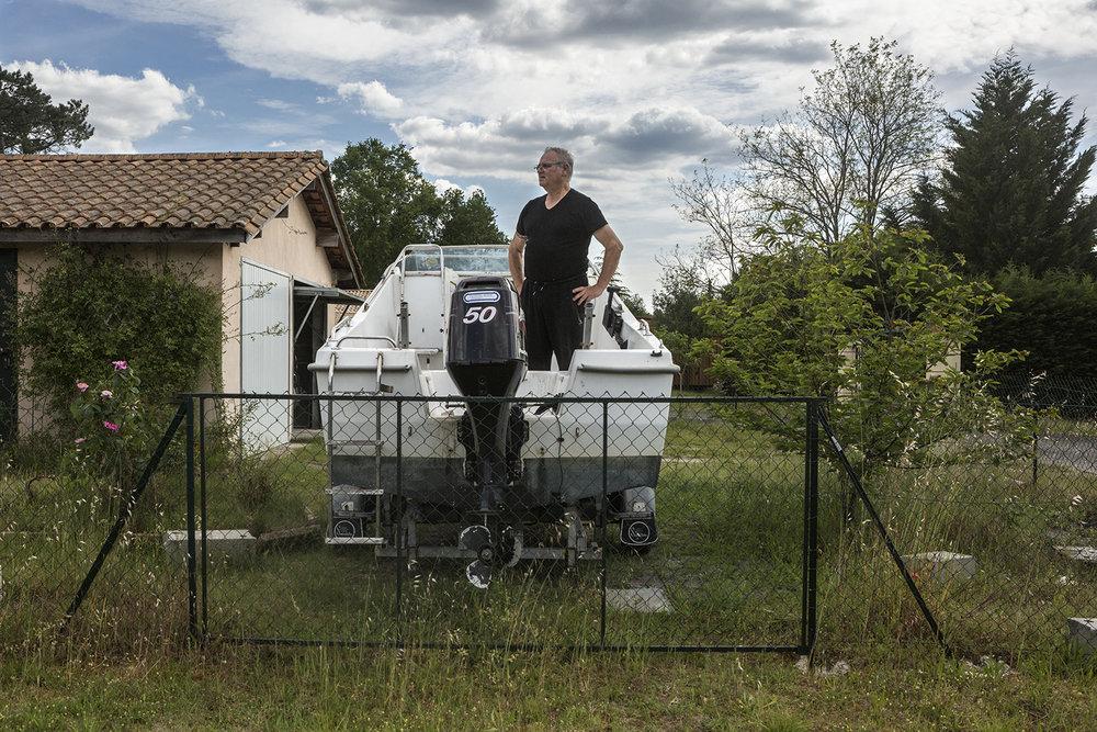 Belin-Beliet, le 15 mai 2017. Daniel retraité de région parisienne est venu s'installer à Belin-Beliet il y a 8 ans. Il a fait construire sa maison à L'endoit où l'usine Cazenave était installée. Au plus fort de son activité l'entreprise couvrira 35ha et possédera même une cité ouvrière de 5O maisons, un cinéma, une cantine...La fermeture de l'usine en 1975 après plusieurs années de déclin sera durement ressentie à Belin Beliet et dans la région avoisinante.