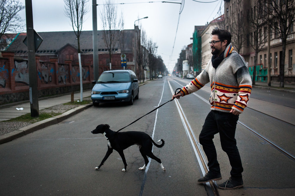 Leipzig, le 6 Mars 2014. Accompagné de Coco, son inséparable lévrier noir, Antonio passe des journées entières à arpenter les quartiers Est en quête de nouveaux espaces dans lesquels créer des maisons communautaires.