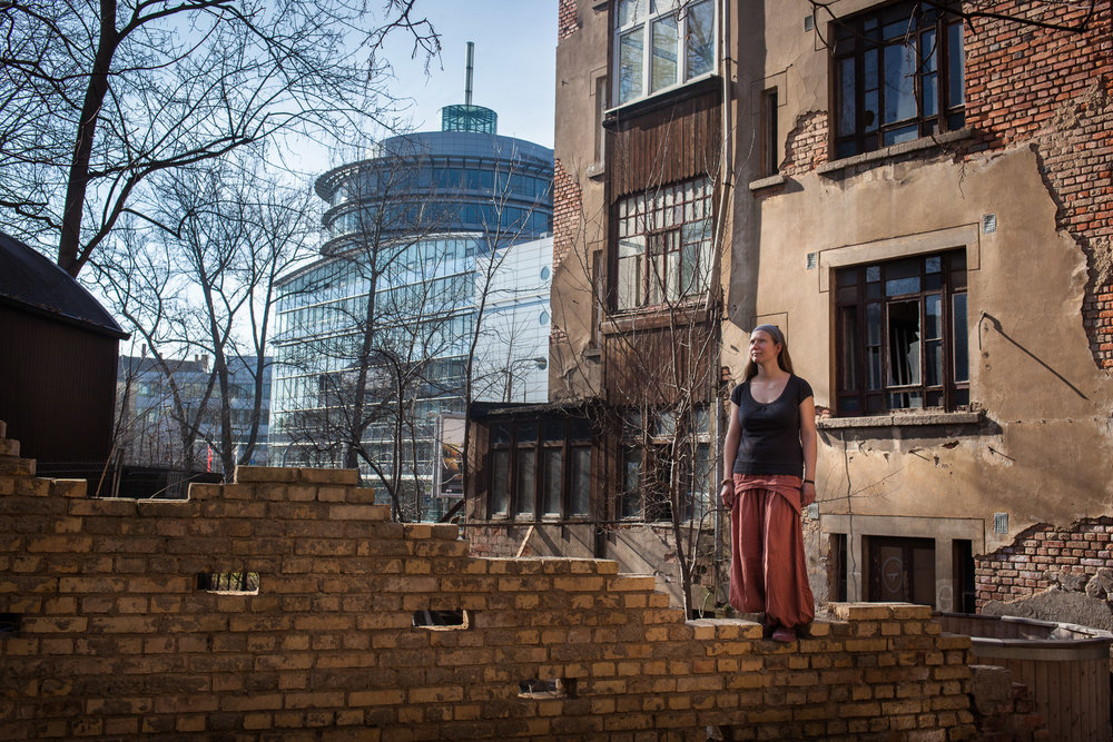 "Leipzig, le 9 Mars 2014. Suzie, 34 ans, est la plus jeune propriétaire des quartiers Est de Leipzig.  Il y a deux ans, elle a acquis ce bâtiment de 5 étages et 800 mètres carrés pour 30 000 euros. ""C'était ça où la ville le rasait. Il y a trop d'immeubles vides ici, la mairie ne sait plus quoi en faire"". De cet immense espace à réhabiliter, elle a fait un lieu de vie alternatif, sorte d'utopie communautaire.