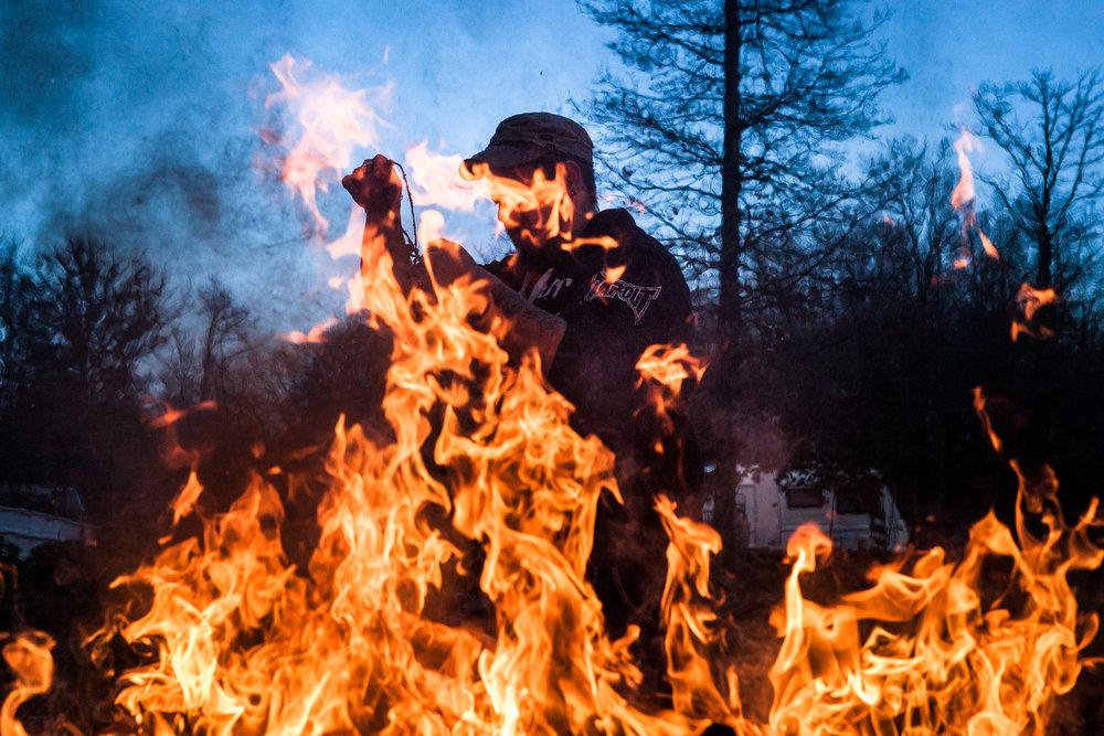 Villebeon, 12 Janvier 2014. Rémy brûle les poubelles.Villebeon, 12 January 2014. Remy burns the garbage.