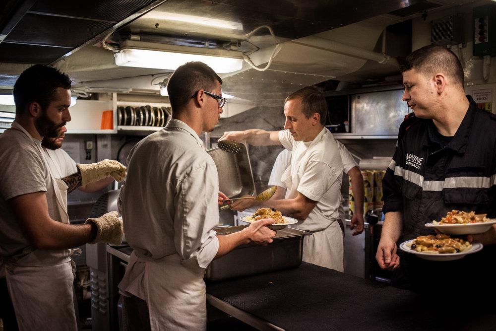 """Mer méditerrannée, 30.11.2015. Cuisines de la frégate anti-aérienne le """"Jean bart""""."""