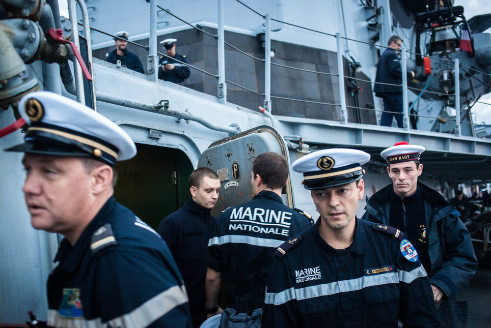 """Mer méditerrannée, 03.12.2015. L'équipage de la frégate antiaérienne le """"Jean Bart"""" se rend au lever de drapeau matinal."""