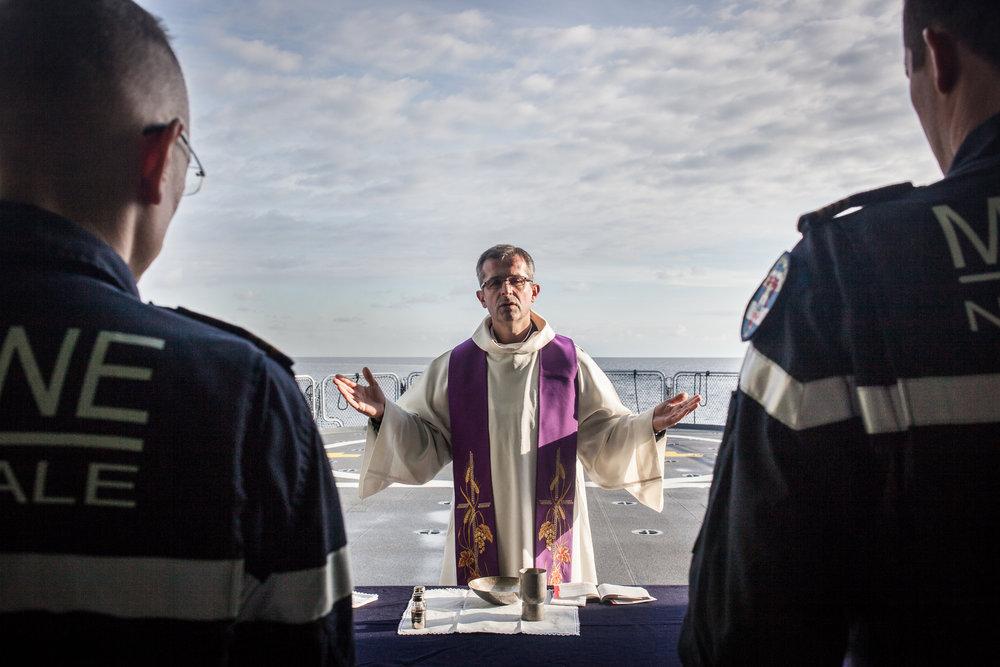 Mer méditerrannée, 03.12.2015. Messe improvisée sur la zone d'atterrissage de l'helicoptère.