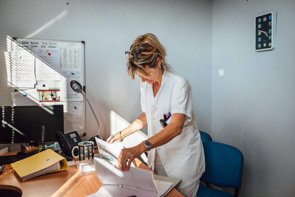 La Seyne sur mer, le 11 Octobre 2016. Un membre du personnel de l'hôpital de la Seyne-sur-mer consulter les feuilles d'absence du personnel.