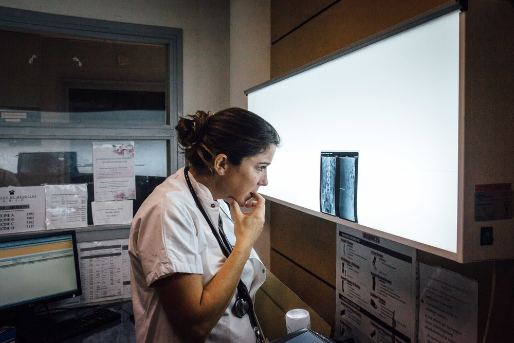 La Seyne sur mer, le 11 Octobre 2016. Une femme médecin analyse la radio d'un patient admis aux urgences.