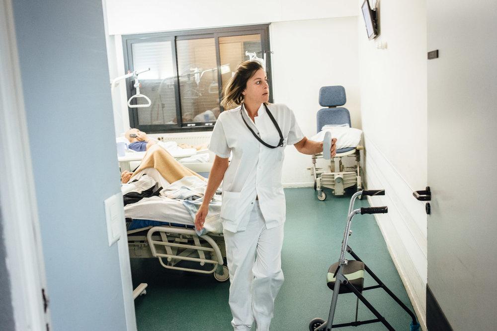 La Seyne sur mer, le 11 Octobre 2016. une infirmière dans les couloirs de l'hôpital pendant son tour de garde.