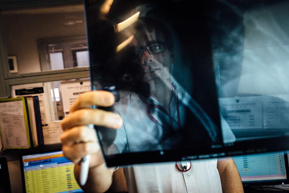 La Seyne sur mer, le 12 Octobre 2016.  Un médecin urgentiste ragarde la radio d'un patient au service des urgences
