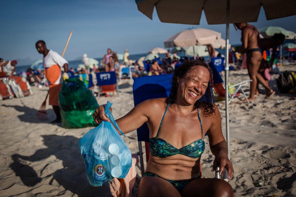 Rio de Janeiro, le 20 Novembre 2013. Certains habitants de Rio se donnent la peine de préparer leurs poubelles.Rio de Janeiro, November 20, 2013. Some residents of Rio even bother to prepare their garbage.