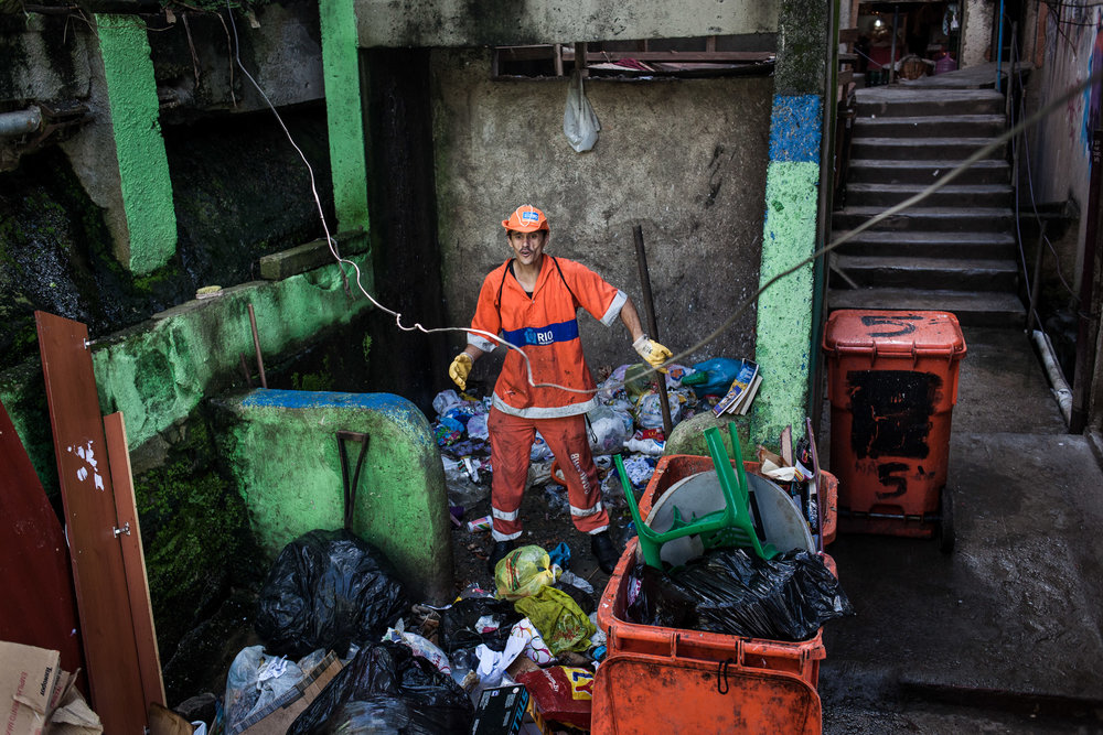 Rio de Janeiro, le 27 Novembre 2013. Marcos travaille depuis 3 ans dans la favela de Pavao pavaozinho. Tous les jours, il doit monter les poubelles en plastique à bord du funiculaire. Le point de collecte est au pied d'un vide ordure de plusieurs dizaines de metres dans lequel les habitants jettent les ordures du haut de la favela.