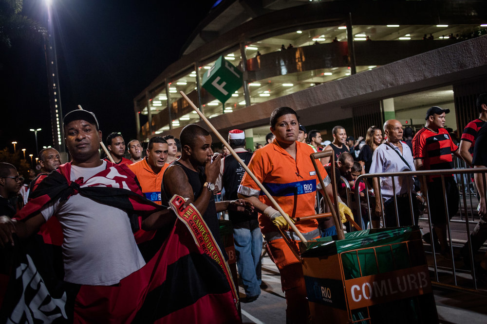 Rio de Janeiro, le 28 Novembre 2013. Garis autour du stade mythique de la Maracana, un jour de match.