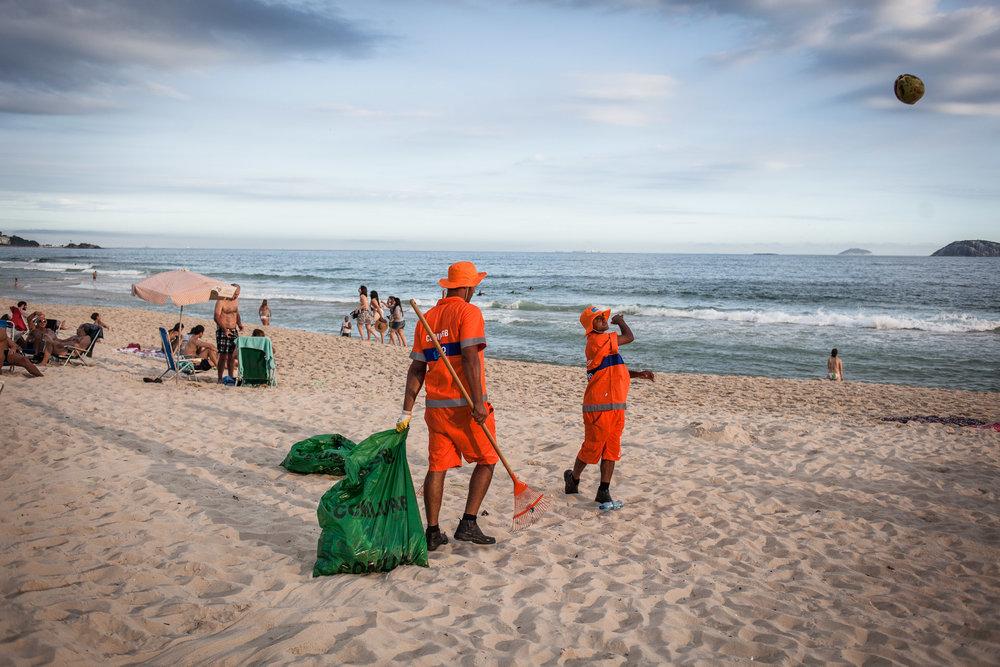 Rio de Janeiro, le 29 Novembre 2013. Plage de Leblon, dans une des parties les plus aisées de la ville, la plage se doit d'être propre à toute heure.Rio de Janeiro, November 29, 2013. Leblon beach, in one of the most wealthiest parts of the city, the beach must be clean at all times.