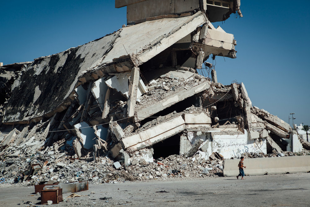 Tripoli, 27 Juin 2012. Bab-al-Azizia, ancien bastion de Kadhafi au centre de Tripoli. Les ruines sont devenues un haut lieu de traffic et de prostitution, ainsi qu'un dépotoire. La majorité des bâtiments ont été détruits par les bombardements de l'OTAN. Après la chute du régime, les habitants de Tripoli ont continué la destruction systématique de ce qui restait debout.Tripoli, June 27, 2012. Bab al-Azizia, Gaddafi's former stronghold in central Tripoli. The ruins have become a mecca for prostitution and trafficking, as well as a dump. The majority of buildings have been destroyed by NATO bombing. After the fall of the regime, the people of Tripoli continued systematic destruction of what remained standing.