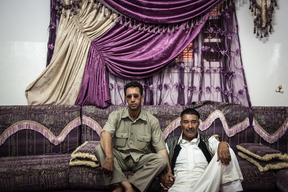 Cheguiga, Libye, juillet 2012. Les différents chefs tribaux des Machachia se réunissent pour évoquer le conflit qui les oppose à la brigade de Zenten, qui les accuse encore d'être fidèles au régime de moammar Kadhafi, un an après la chute du dictateur.Cheguiga, Libya, 1st July 2012. Various Machachia tribal leaders meet to discuss the conflict that opposes the Zenten brigade, who accuses them still to be loyal to the regime of Muammar Gaddafi, a year after the fall of the dictator.