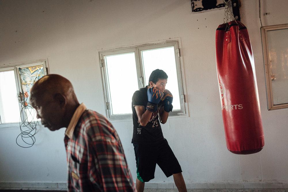 """Tripoli, Juillet 2012. Interdite depuis 1979 par Muammar Kadhafi qui trouvait ce sport """"sauvage"""", la boxe revient en Libye. Les jeunes de ce quartier du sud Ouest de Tripoli s'entrainent sous la houlette d'anciens champions.Tripoli, July 2012. Prohibited since 1979 by Muammar Gaddafi, boxing returns to Libya. Young people of this district in the south west of Tripoli are training under the guidance of former champions."""