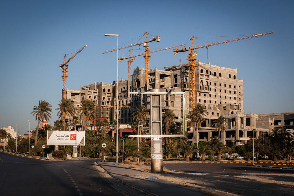 Tripoli, le 7 Juillet 2015. Centre ville de Tripoli. L'hôtel Ali Baba était censé être le plus beau palace de Tripoli. Mis en chantier par un membre de la famille de Kadhafi, il ne sera surement jamais terminé.