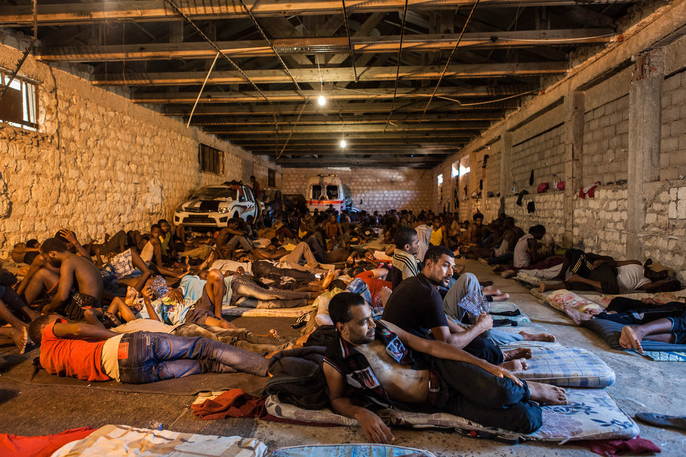 Tripoli, le 8 Juillet 2015. Centre de détention pour migrants illégaux dans le quartier général du département de lutte contre la migration illégale. Le gouvernement de Fajr Libya, installé à Tripoli, est en recherche de reconnaissance de la part de la communauté internationale. Conscients que les conditions de vie dans les camps sont difficiles, ils demandent de l'aide financière et logistique à l'occident pour réussir à gérer la migration illégale transitant par son territoire. En attendant, les migrants illégaux sont entassés dans des lieux insalubres, sans possibilité de sortir ni d'avoir suffisamment accès aux soins.Tripoli, July 8, 2015. Detention Center in the headquarters of the Department of fight against illegal migration. The government of Fajr Libya, based in Tripoli, is looking for recognition from the international community. Aware that the living conditions in the camps are difficult, they ask for financial and logistical assistance to the West to successfully manage illegal migration transiting through its territory. Meanwhile, illegal migrants are crammed in unhealthy places, not allowed to go out or to have sufficient access to care.