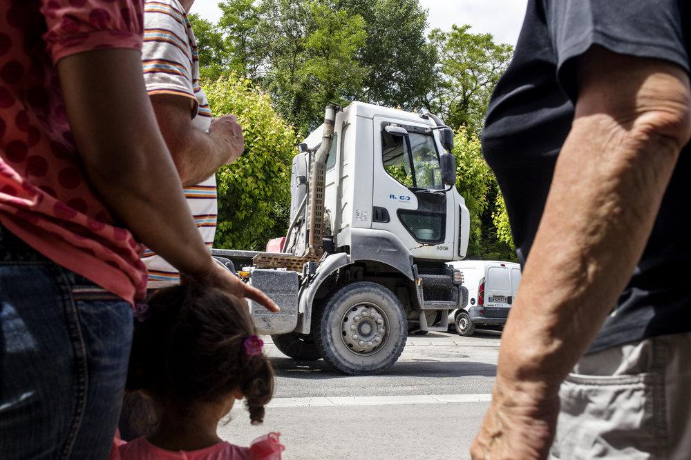 1er juillet 2016, 12h32. Un camion de Harsco Minerals passe devant les riverains. Des dizaines de camions défilent devant leurs fenêtres quotidiennement. Ce jour-ci quatre camions sont passés en moins de dix minutes.