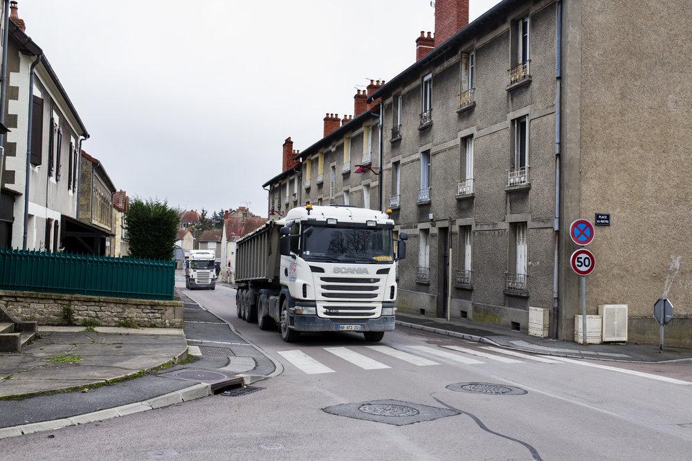10 décembre 2015, 13h54. Un camion de Harsco sur un des axes principal de la ville. On peut distinguer la crasse qui se dépose sur la chaussée à cause du passage des camions. Imphy, décembre 2015.