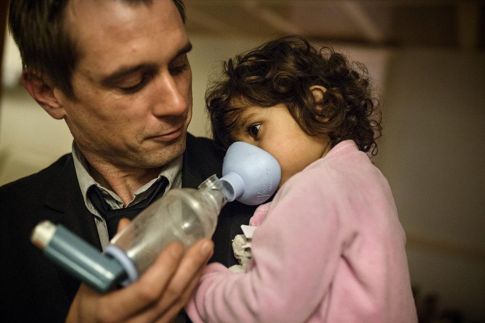 9 décembre 2015, 20H46. Alexandre Chignard du collectif Stop Pollutions et une de ses filles sous bronchodilatateur, dans leur maison voisine de l'usine d'Harsco Minerals.