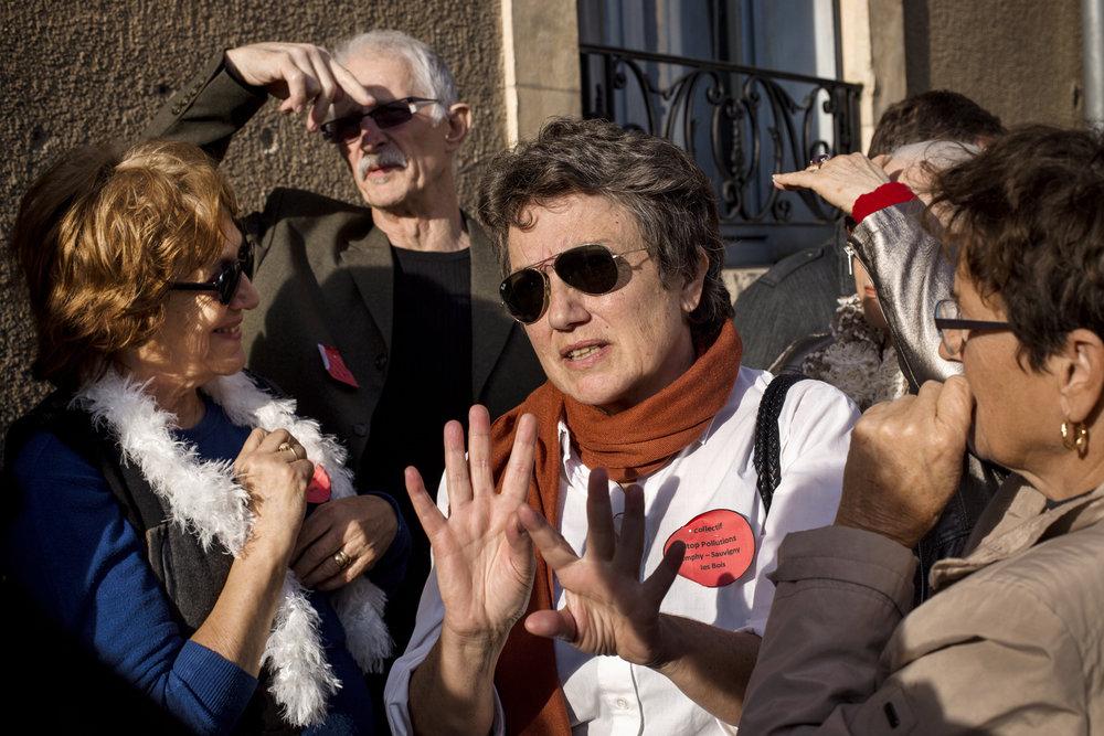 12 octobre 2016 16h09 : Les parties civiles à la sortie de l'audience du tribunal de police de Nevers. Leur avocat les informe de ce qu'ils peuvent espérer et de la suite de la procédure.
