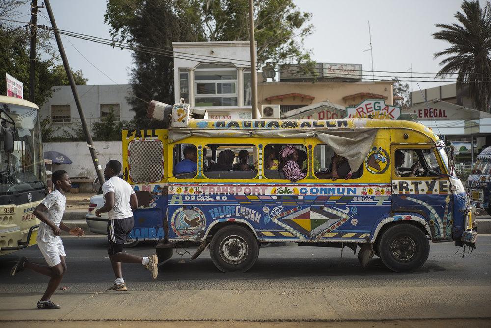 """Circulation routière à Dakar, Sénégal. Mai 2017""""Car rapide"""", transport en commun, dans le quartier de Ouakam. A 16h le trafic commence à s'intensifier, à cette heure de fin de journée les gens rentrent chez eux."""
