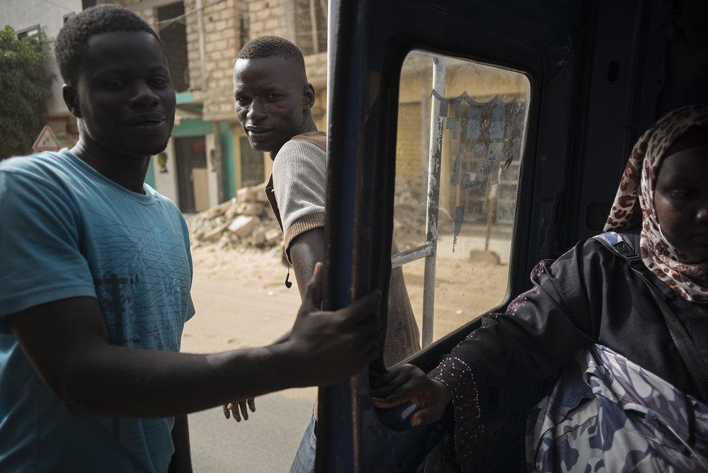 Circulation routière à Dakar, Sénégal. Mai 2017Les transports en commun sont très utilisés par les dakarois, ils sont une alternative importante et un enjeu d'avenir pour le désengorgement des routes de la capitale.