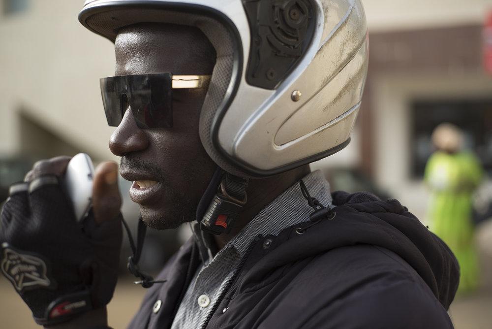 Circulation routière à Dakar, Sénégal. Mai 2017Abba depuis le quartier de Ouakam est en direct à l'antenne de la radio pour rapporter l'état du trafic.