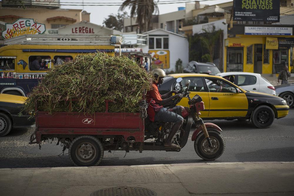 Circulation routière à Dakar, Sénégal. Mai 2017Quartier de Ouakam, 16h. Cet axe routier est utilisé par toutes sortes de véhicules.
