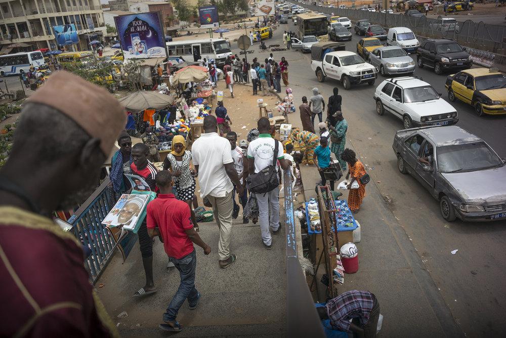 Circulation routière à Dakar, Sénégal. Mai 2017Passerelle de patte d'oie, quartier d'échange routier et de commerce de rue en tous genres.