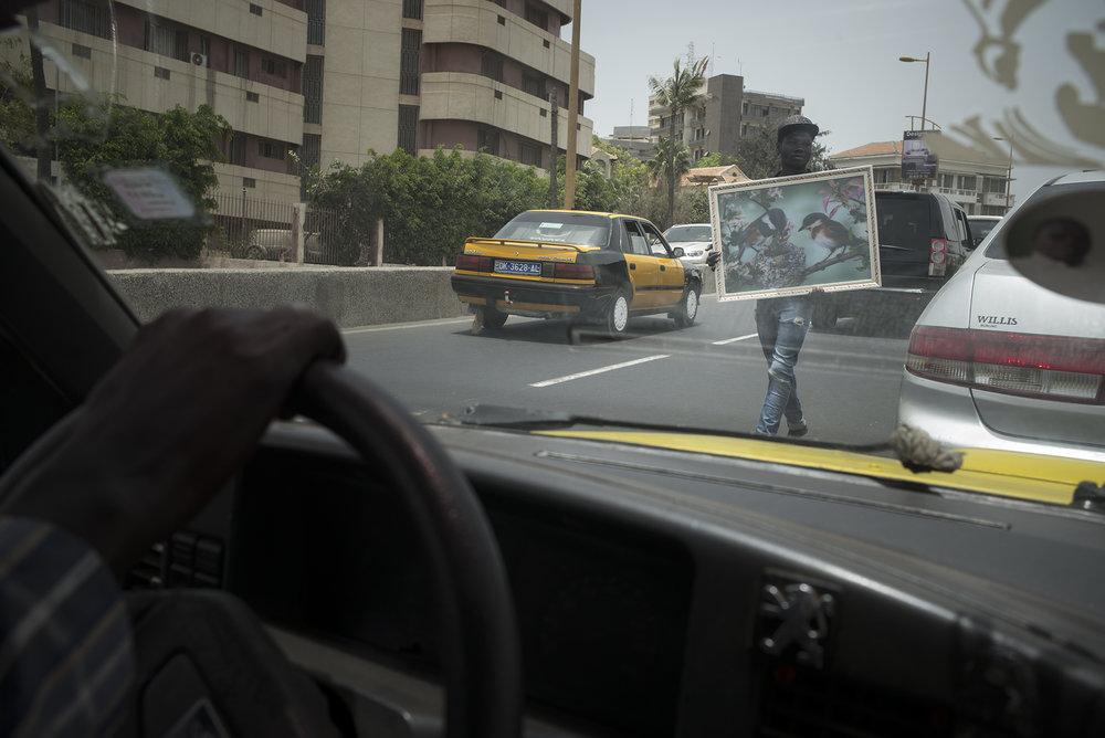 Circulation routière à Dakar, Sénégal. Mai 2017Marchands ambulants aux heures de pointe sur la corniche.