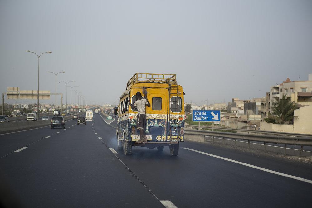 Circulation routière à Dakar, Sénégal. Mai 2017L'autoroute à péage, dont la construction entammée par le président Wade en 2005, a été achevée par son successeur Maky Sall en 2013. D'un coût global de 380,2 milliards de Fcfa, l'axe routier contourne la Nationale 1 à l'entrée de Rufisque pour rallier la ville périphérique de Diamniadio. La construction et la gestion de l'autoroute revient au groupe français EIFFAGE.