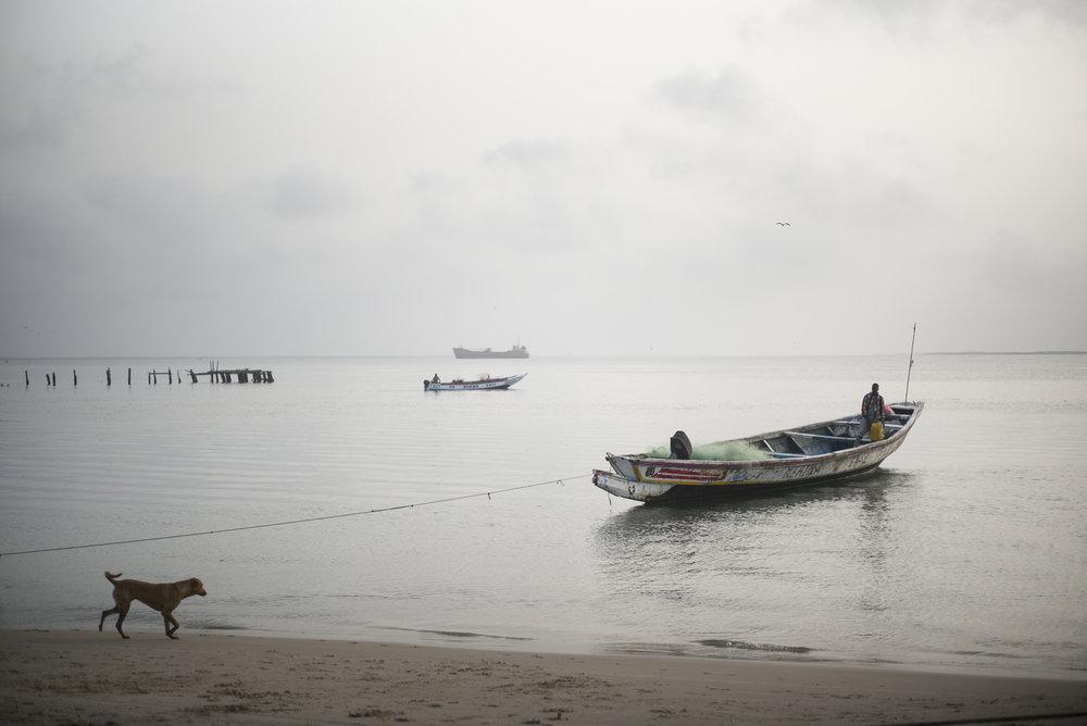 Djifer, pirogues et bâtiment de pêche, zone de débarquement de produits de la mer, Delta du Siné-Saloum. Sénégal.