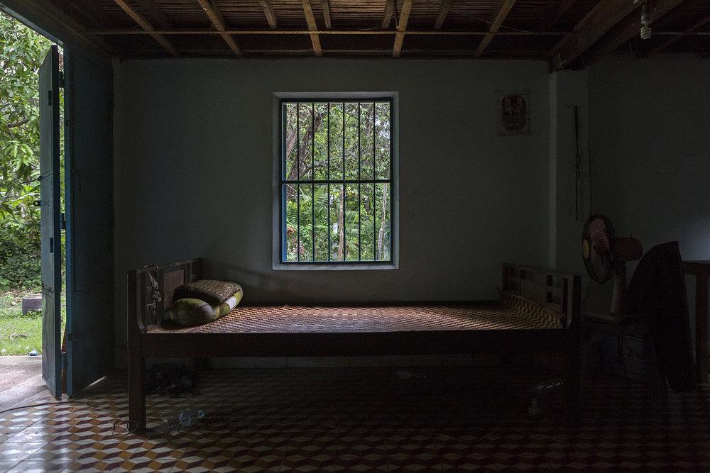 """Juin 2016. C'est sur ce lit que Sophéa a passé ses 5 premiers mois au cambodge dans la famille qui l'a accueillie dans la province de Kampong Chhnang. Elle a rencontré une amie qui se battait pour la cause des déportés et qui l'a aidée à trouver un appartement quand elle est arrivée à Phnom-Penh. """"C'était vraiment dur de vivre seul à la ville. J'avais toujours vécu avec d'autres personnes, alors ensuite j'ai trouvé une colocation"""". Elle a déménagé 3 fois à Phnom-Penh.Sophea a occupé différents postes, souvent mal payés. Tout le monde savait qu'elle était """"une déportée"""". Puis en 2016, """"j'ai eu une opportunité de faire de l'enseignement dans une école de Phnom-Penh, apprendre l'anglais aux enfants. Je n'aurais jamais pensé à l'enseignement mais c'est une bonne solution, parce que ça m'apporte de la stabilité""""."""