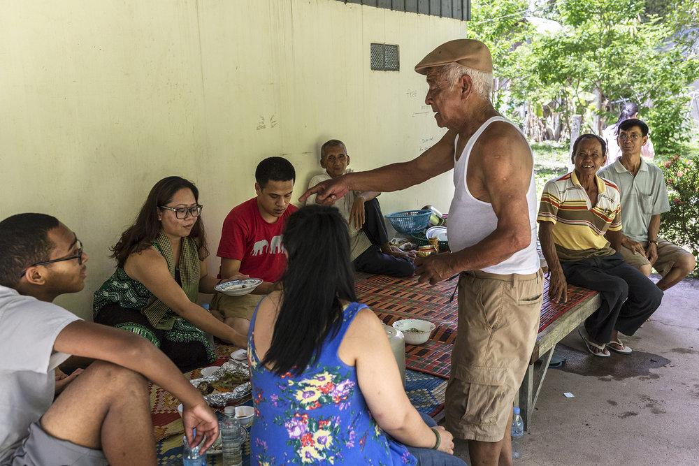 Juin 2016. Province de Kampong Chhnang.Durant leur voyage, Sophea a accompagné son beau-père (tee-shirt blanc) voir sa famille. Cette même famille qui l'avait accueillie durant 5 mois. Ce fût une visite chargée en émotions pour des personnes qui ne s'étaient pas vues depuis de nombreuses années.