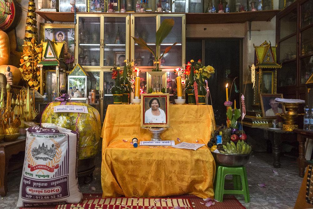 Juin 2016. Monastère proche du Palais Royal à Phnom-Penh.La cérémonie pour les cendres de la mère de Sophéa a été célébrée dans la pure tradition bouddhiste.