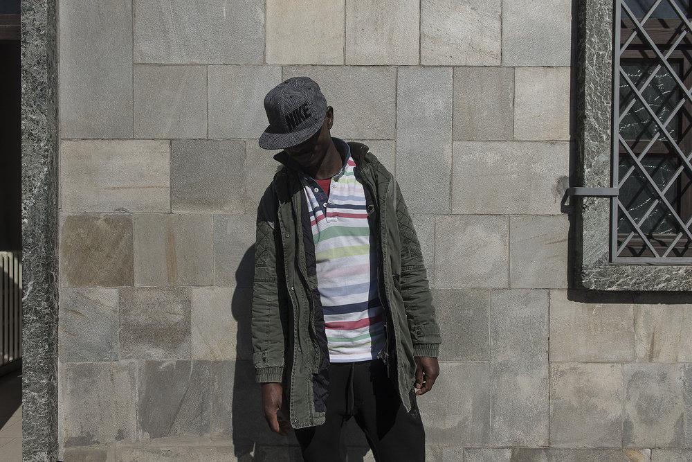 Hamed, 33 ans, originaire de Côte d'Ivoire a déjà traversé six pays avant d'arriver à Bardonecchia. Ce jour là, il fait partie de la trentaine de migrants qui transiteront par le village de montagne frontalier.  Il parle peu. Et répète simplement qu'il veut aller à Paris. Il hésite à se laisser prendre en photo. Avant de finir par dire oui et de baisser la tête par peur d'être reconnu.
