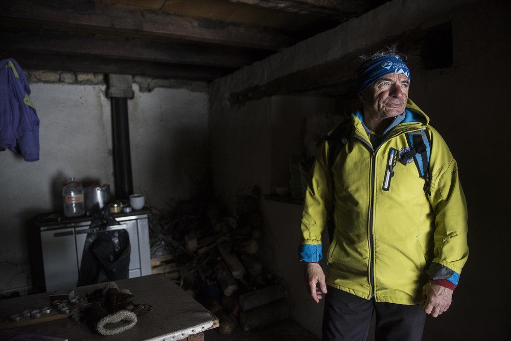 Jean-Gabriel Ravary fait partie du réseau Névache Solidarité. «Nous sommes des sentinelles » explique ce guide de haute-montagne de 66 ans qui a déjà, à plusieurs reprises, déclenché les secours pour sortir des migrants de ce paradis blanc qui peut se transformer en enfer lorsque les températures y avoisinent les -20°C. Aider, c'est aussi s'assurer qu'il y a toujours de quoi se chauffer et manger dans la cabane de berger du haut du col, pour qu'elle puisse servir, à tout moment de refuge d'urgence.