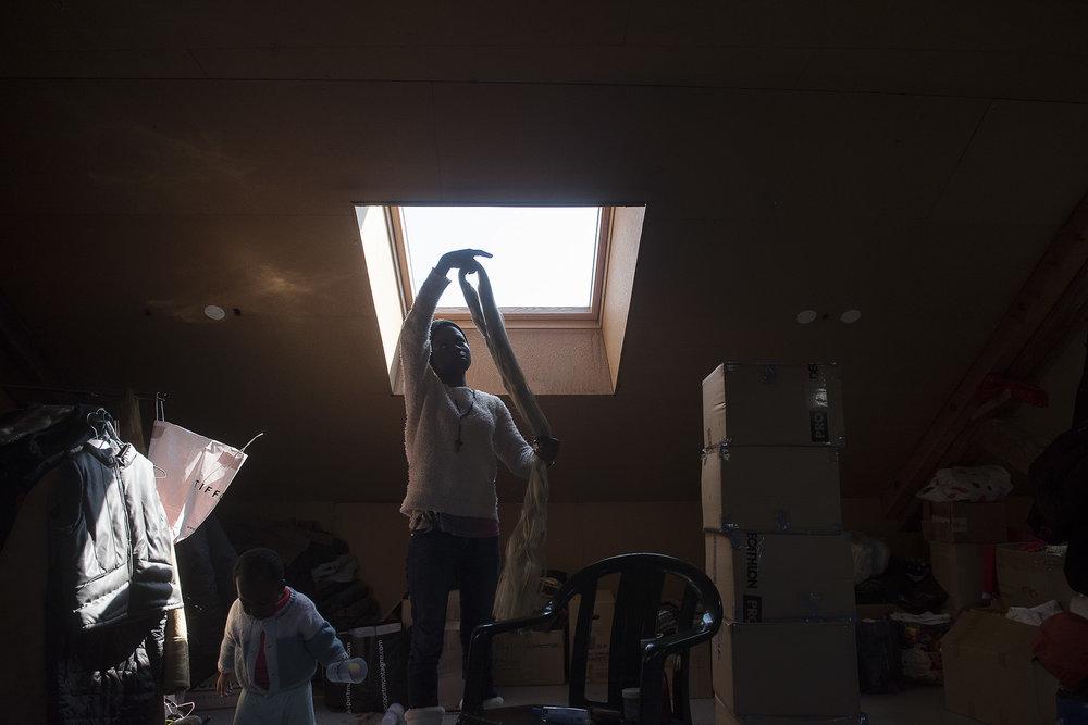 Dans une maison où l'effervescence est permanente,  et qui a accueillie 1.950 personnes au cours des six derniers mois, -dont un nombre croissant de mineurs selon des statistiques compilées entre octobre 2017 et fin mars 2018 par le collectif Tous Migrants - le grenier du Refuge solidaire fait figure de havre de paix.  C'est l'espace du vestiaire.  C'est là où sont stockés et triés les dons de vêtements, de chaussures, de couvertures, de kit hygiène, avant d'être distribués.