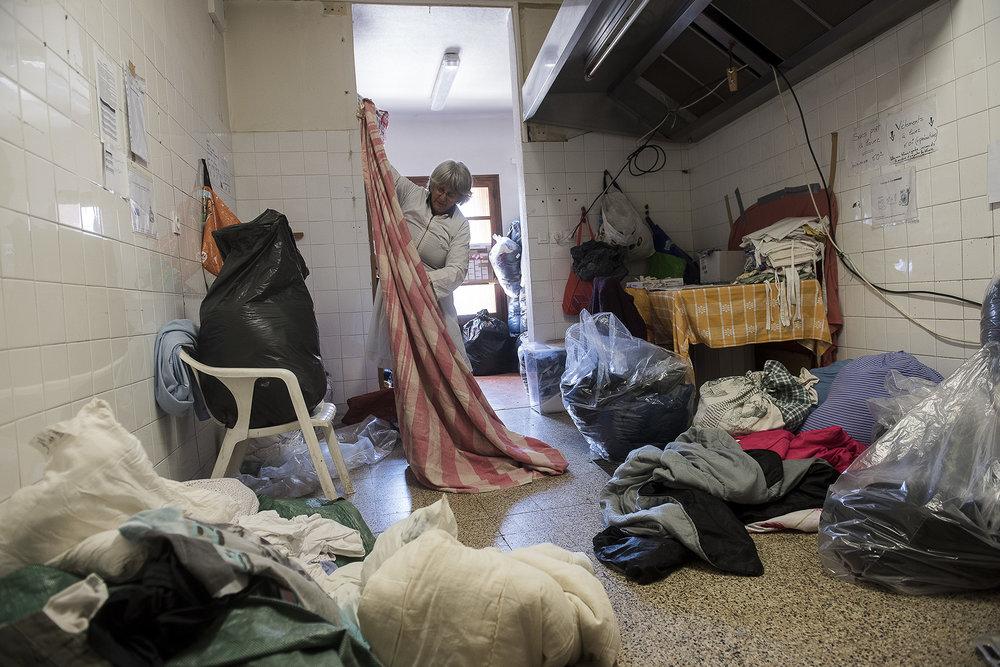 Chaque jour, des Briançonnais solidaires comme Sylvette, s'occupent de récupérer les draps à laver pour les envoyer à la blanchisserie de l'hôpital. Tous les draps doivent être changés pour les nouveaux arrivants pour notamment éviter les épidémies de gale. L'aide de l'hôpital est précieuse et s'ajoute à celle des habitants qui passent  régulièrement pour emmener des sacs de linge à laver chez eux..