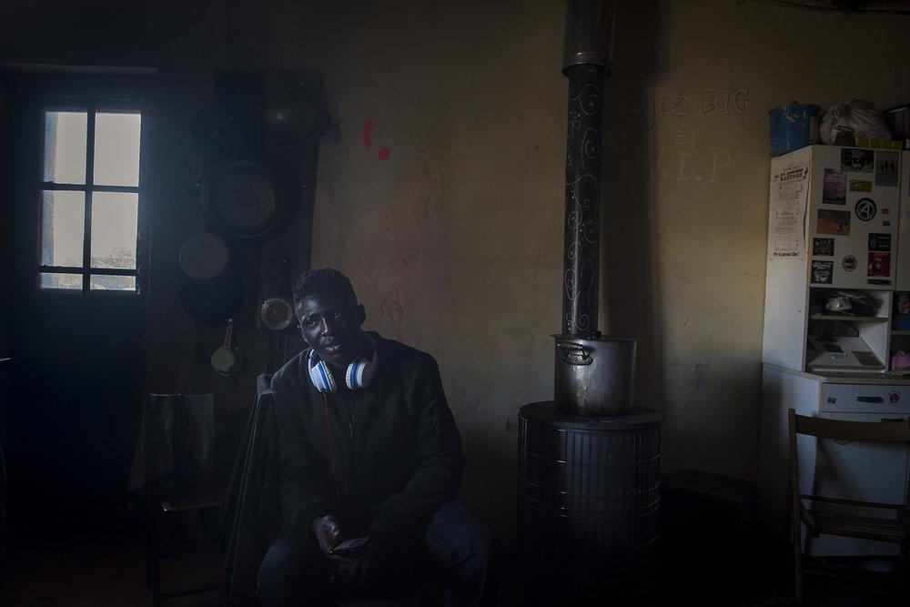 Anselme, originaire de Côte d'Ivoire a traversé la Libye, la Sicile et l'Italie pour finalement débarquer au milieu des montagnes encore enneigées.  Il a 25 ans. Il fait du rap. Depuis qu'il est arrivé Chez Marcel, il écrit des textes qui racontent son exil dans un grand cahier violet. Sur Youtube et son téléphone portable, il choisit les instrumentaux sur lesquels il rêve de pouvoir bientôt poser sa voix.