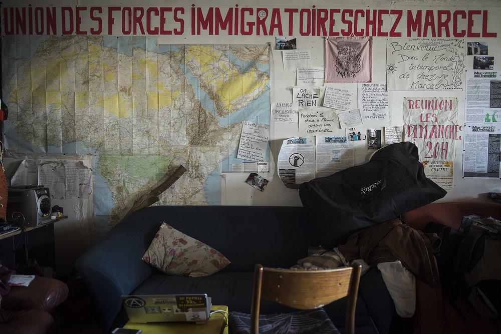 Les soutiens investis Chez Marcel ont en commun d'être résolument opposés aux frontières et de militer pour leur ouverture totale ainsi qu'un accueil sans condition. Tous ne sont pas originaires du Briançonnais et ils revendiquent leurs actions comme autant d'actes politiques. Dans les réunions avec les autres associations et collectifs d'aide aux migrants, ces différences peuvent générer des tensions, même si en général, tous finissent par agir dans le même sens pour apporter une aide à ceux qui en ont besoin sur la route de l'exil.
