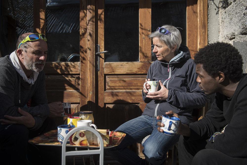 La solidarité des habitants du Briançonnais envers les migrants est multiforme. Anne fait des maraudes et évite des drames dans la montagne, Pierre ouvre les portes de sa maison et offre un toit. Ensemble, ils ont pris sous leurs ailes, le jeune Djibril, qui commence tout juste à se remettre d'une tuberculose contractée sur le chemin de l'exil. Ce dimanche, ils partagent avec lui des moments de vie ordinaire: un café au soleil, une promenade, une descente en luge. L'espace d'une après-midi, Djibril redevient un jeune homme comme les autres.
