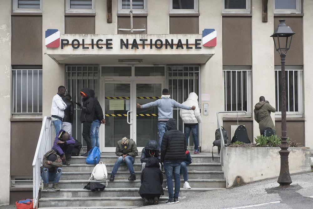 Tôt ce matin, 24 migrants mineurs isolés ont été accompagnés au commissariat de Briançon pour qu'ils puissent s'enregistrer et être pris en charge, conformément aux obligations légales des départements. L'enregistrement se fait au compte goutte. Les mineurs patientent dehors, et sont appelés un par un. Pour certains l'attente durera toute la journée. Pour rien. Ou plutôt pour apprendre que le Conseil départemental n'est plus en mesure de les prendre en charge, et qu'aucune autre solution n'est proposée.