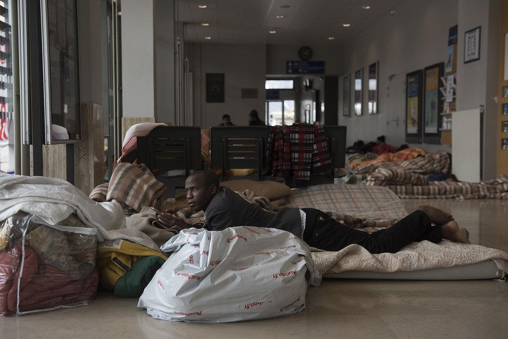 La grève des cheminots a une conséquence inattendue: faute de train, les exilés ne partent plus de Briançon, alors que le rythme des arrivées s'est parallèlement accentué: 80 nouveaux migrants ont été enregistrés en moins de 48 heures. Les structures d'accueil sont saturées. Le Refuge solidaire est d'autant plus débordé que les derniers mineurs arrivés n'ont pas été pris en charge par le Département. Pour les mettre à l'abri et alerter l'Etat de la situation, les associations et collectifs d'aide aux migrants décident,  ce dimanche 8 avril, de s'installer dans le hall de la gare de Briançon.