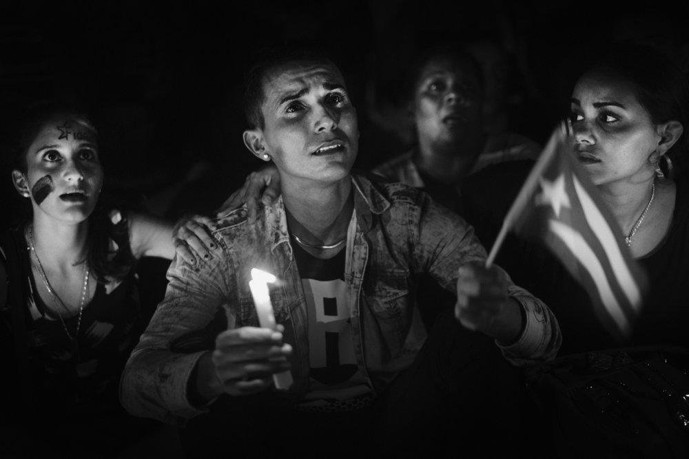Un hommage public avec ceremonie officielle est rendu dans chaque ville ou s arrete le convoi funeraire qui transporte les cendres de Fidel Castro Ici place de la revolution a Camaguey des jeunes pour la plupart des jeunesses communistes cubaines chantent et scandent des slogans politiques en hommage a Fidel Castro au regime et a la revolution cubain 1er decembre 2016 Cuba