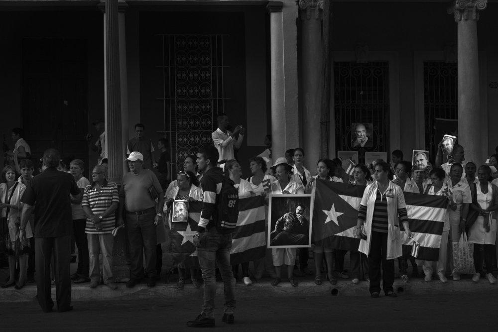 Tres tot le matin au bord des rues et des avenues de Camaguey des gens attendent que le convoi funeraire avec les cendres de Fidel Castro decede le 25 novembre 2016 passe Tout la circulation est arretee 2 decembre 2016 Cuba