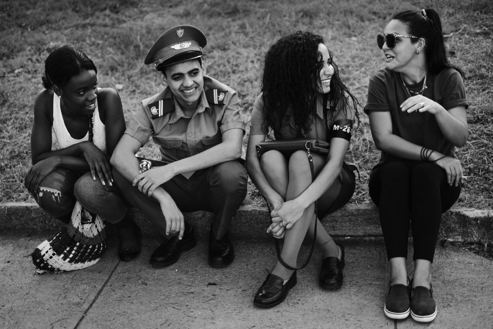 De jeunes cubains attendent le debut de la ceremonie officielle place de la revolution a Santiago de Cuba donnee a l occasion de la disparition de Fidel Castro survenue le 25 novembre 2016 3 decembre 2016