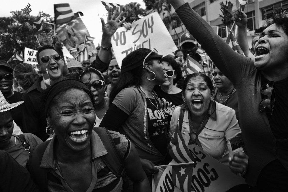 Les cubains rassembles sur la place de la revolution ou sera celebree dans quelques heures la ceremonie officielle en hommage a la disparition de Fidel Castro survenue le 25 novembre 2016 chantent des slogans en hommage a Castro au regime castriste et a la revolution 3 decembre 2016
