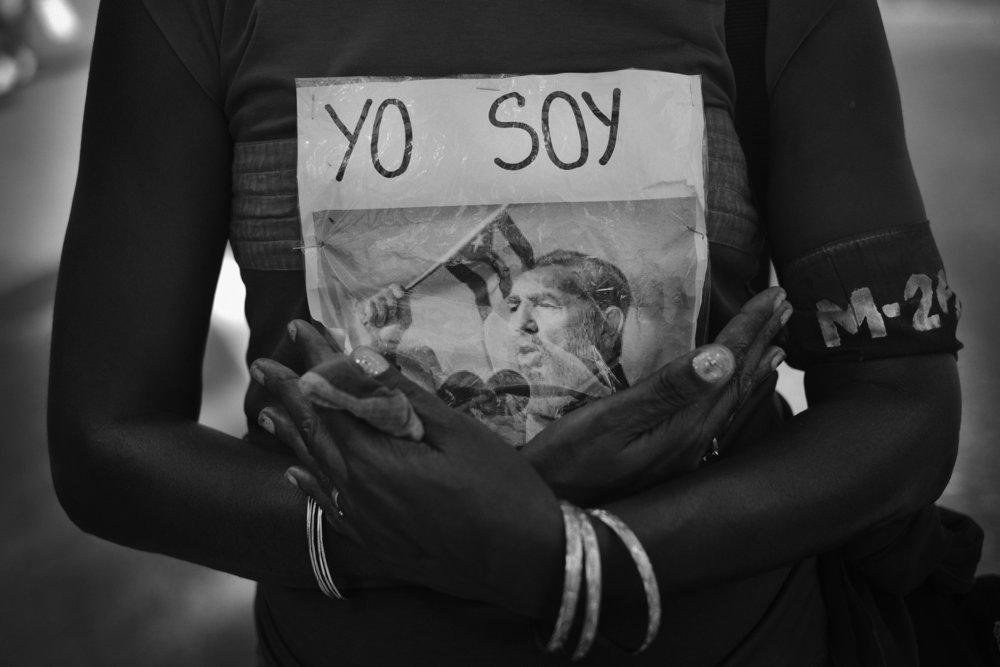 Quelques heures avant le debut de la ceremonie officielle place de la revolution a Santiago de Cuba une dame tient dans ses bras une photo en hommage a la disparition de Fidel Castro survenue le 25 novembre 2016 Pendant toute la semaine de deuil le slogan Yo soy Fidel est present partout et repete a l envie sur les panneaux et dans le chants  3 decembre 2016