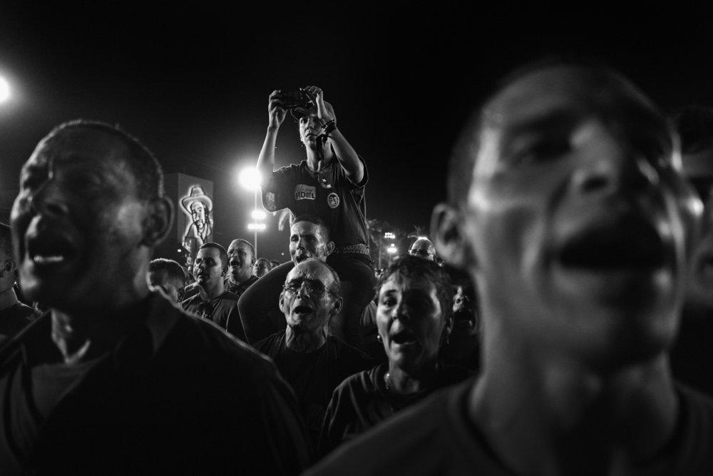 Des cubains assistent a la ceremonie officielle place de la revolution a Santiago de Cuba donnee a l occasion de la disparition de Fidel Castro survenue le 25 novembre 2016 Ici la foule chante l hymne national 3 decembre 2016